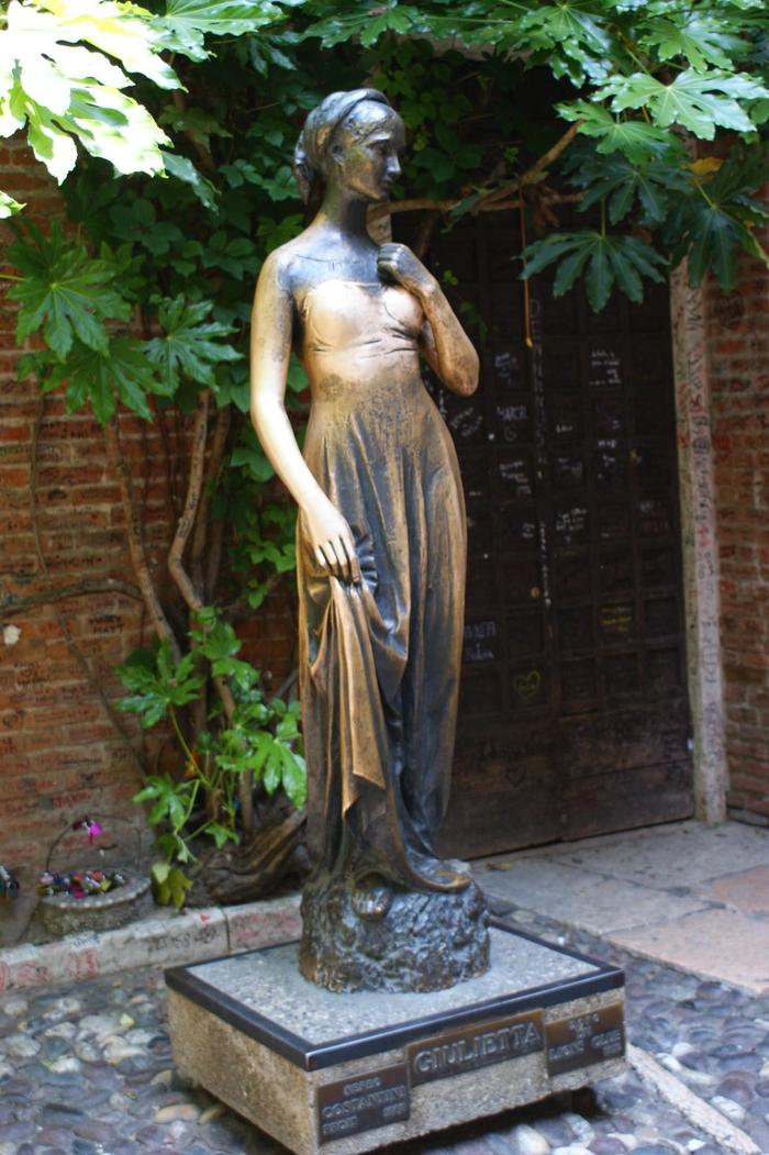 Photo by Spencer Wright[Juliet's Statue, Verona](CC-BY2.0).jpg