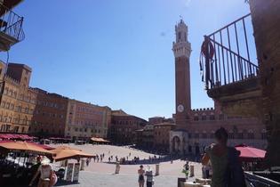 フィレンツェからバスで行ける!中世を感じる町シエナの「マンジャの塔とカンポ広場」