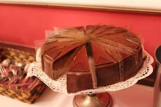 オーストリア・ウィーン名物、チョコレートケーキの王様「ザッハトルテ」を食べ比べてみる
