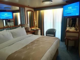 横浜ベイブリッジと工場地帯の夜景も楽しめるクルーズの旅はまるで動くホテル?