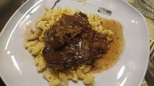 ガッツリ肉とソースがからみ合う、フライパン1個でできるウィーンの定番家庭料理