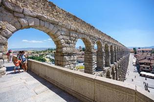 世界遺産のローマ水道橋や白雪姫のお城があるスペイン中央部の町セゴビア