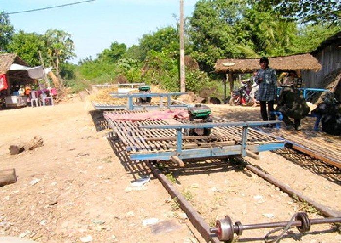 カンボジア/竹の列車「バンブー...