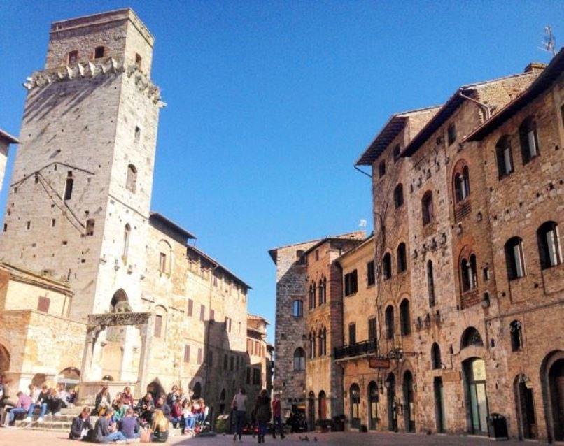 世界遺産の塔が建ち並ぶ中世の町...