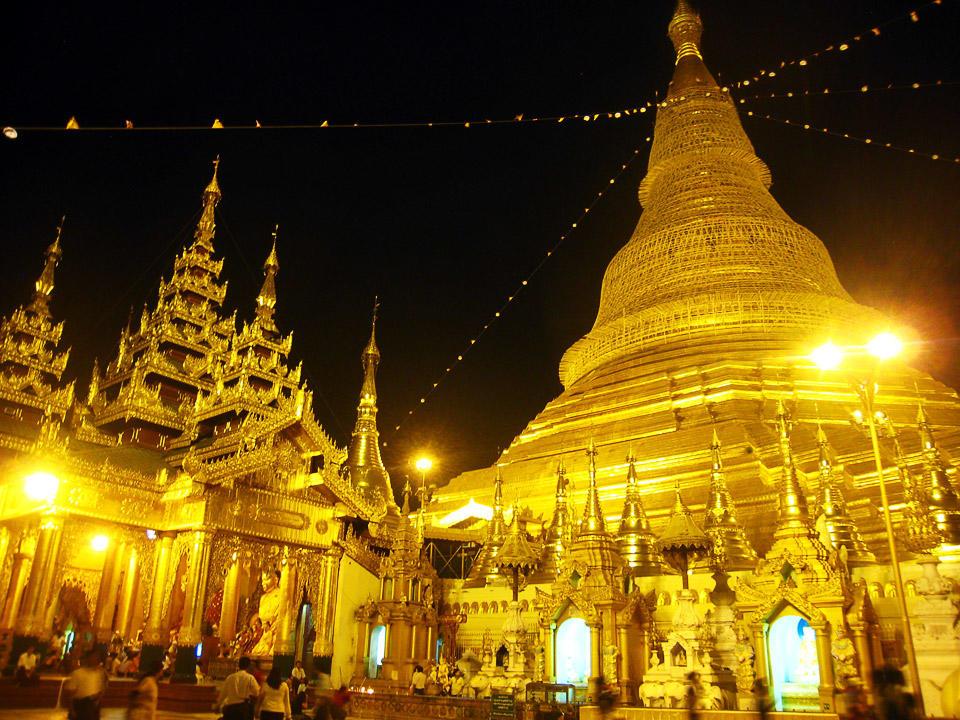 ミャンマー仏教の総本山!黄金に...