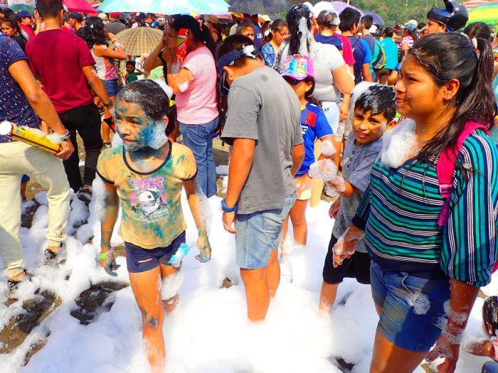 エクアドル流「年越し」と「カーニバル」水かけ祭の過ごし方 | たびこふれ